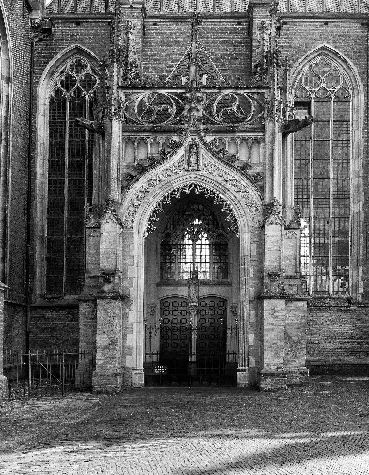 Mariakapel - Walburgiskerk Zutphen - foto door viterson op 16-04-2021 - locatie: Zutphen, Nederland - deze foto bevat: zwart, door, zwart en wit, stijl, monochroom, facade, symmetrie, monochrome fotografie, kerk, boog