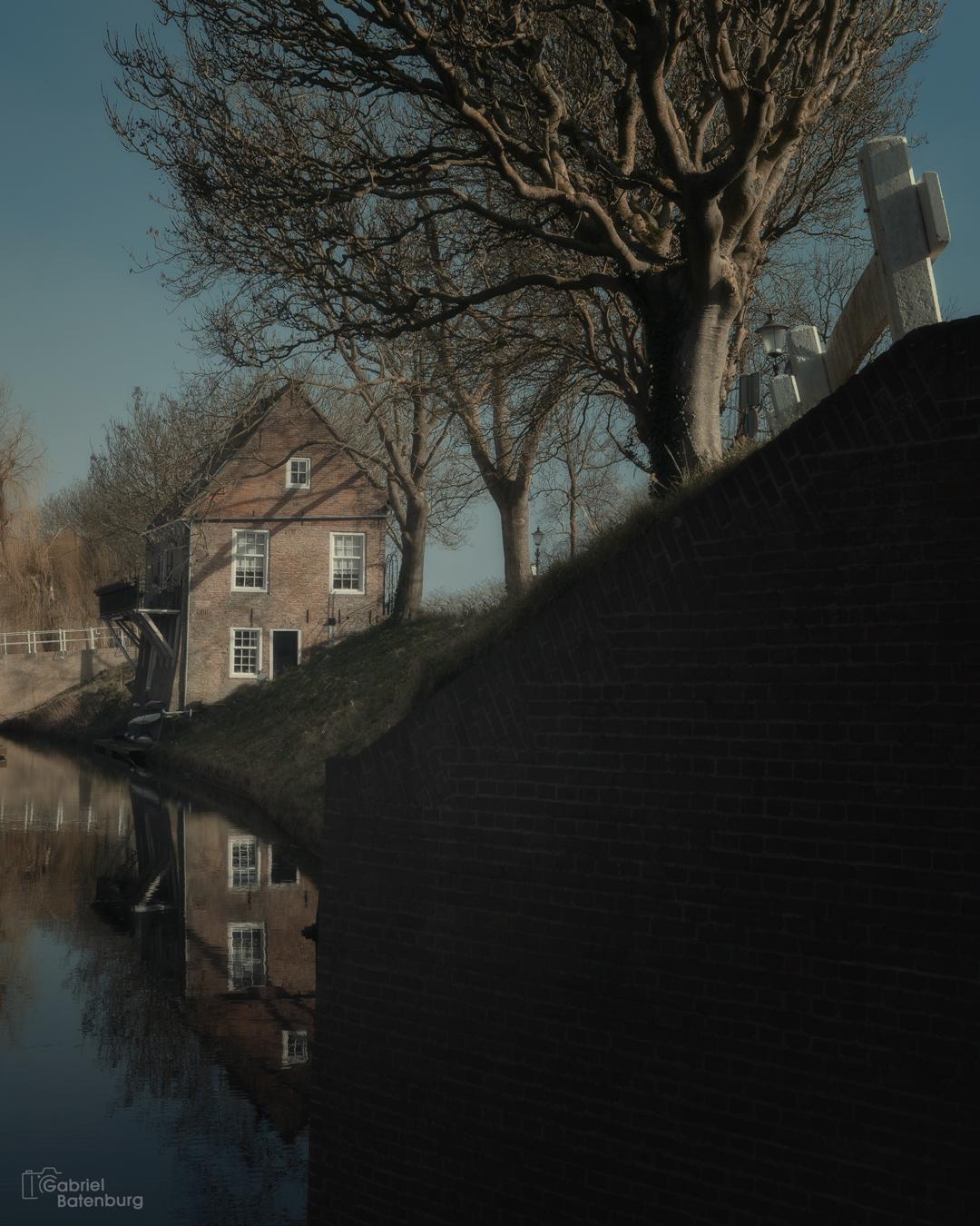 Enkhuizen - Enkhuizen op een mistige dag - foto door gabriel-batenburg1969 op 15-04-2021 - locatie: Enkhuizen, Nederland - deze foto bevat: #enkhuizen, #straatfotografie, water, lucht, atmosfeer, gebouw, venster, boom, fabriek, afdeling, hout, huis