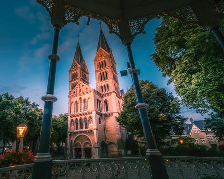 Munsterkerk - Roermond - foto door RobMenting op 15-04-2021 - locatie: Roermond, Nederland - deze foto bevat: lucht, wereld, venster, fabriek, boom, verlichting, architectuur, gebouw, wolk, schemer