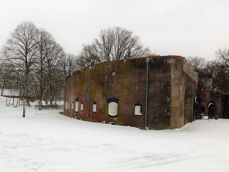 Waterliniearchitectuur: Fort Jutphaas - Sinds 2019 onderkomen van Restaurant Céline, dit 'bomvrije wachthuis' dat rond 1846 werd gebouwd. In de Tweede Wereldoorlog (tot 1943) was hier het  - foto door martvank op 07-02-2021 - deze foto bevat: fort, nieuwe hollandse waterlinie