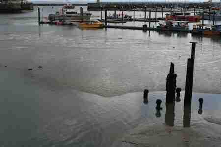 Ramsgate (GB) - De haven van Ramsgate (GB) - foto door CanonFred op 13-04-2021 - locatie: Ramsgate, Verenigd Koninkrijk - deze foto bevat: water, watervoorraden, boot, waterscooters, voertuig, meer, alhoewel, kalmte, reflectie, strand