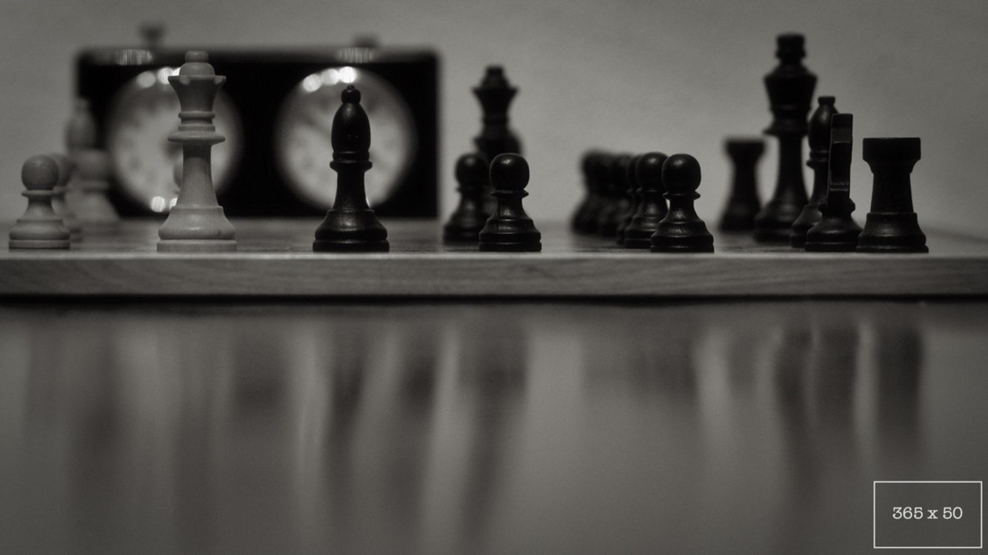 Checkmate - Nummer 16 in het project 365x50 - foto door MartijnFincke op 27-02-2015 - deze foto bevat: zwartwit, reflecties, schaak, 50mm, zwart-wit, project365x50 - Deze foto mag gebruikt worden in een Zoom.nl publicatie