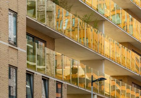 Zuidas 10 - Beetje 'spielerei' met lijnen, glas en spiegelingen. Wederom in kleur maar nu een wat warmere tint; ook qua kleur kom je van alles tegen op de Zuidas - foto door xgeering op 13-05-2020 - deze foto bevat: amsterdam, kleur, lijnen, architectuur, reflectie, gebouw, perspectief, zuidas
