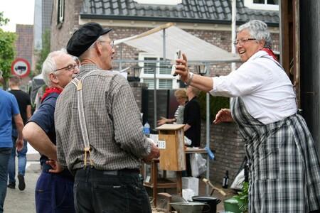 FF opletten. - Dit is de prijs en verder niet zeuren. - foto door CanonFred op 05-05-2021 - locatie: Bunschoten, Nederland - deze foto bevat: jeans, heeft, schotse ruit, gebouw, evenement, koken, riem, t-shirt, recreatie, baard