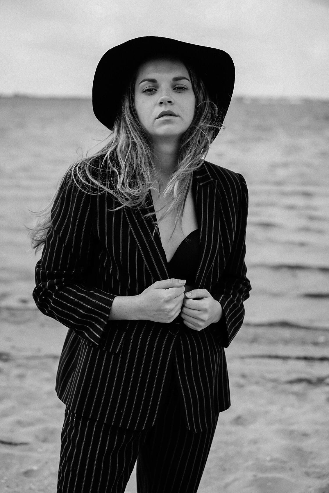 Vintage and dramatic - - - foto door Kayleesfotografie op 23-06-2017 - deze foto bevat: licht, portret, model, fashion, meisje, zwartwit, closeup, mode, fotoshoot, 50mm