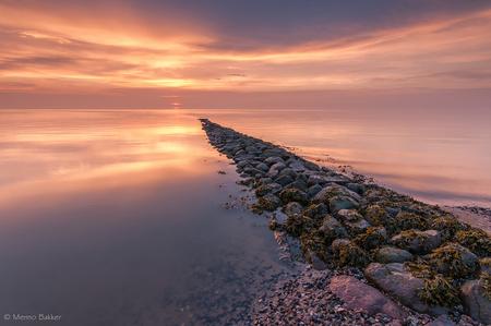 Almost gone - Langs deze weg wil ik een ieder bedanken voor de reactie's op mijn vorige foto's!  Ben enige tijd niet aan fotograferen en alles wat daarbij hoort  - foto door mjbakker20 op 28-08-2014 - deze foto bevat: wolken, rood, zee, water, zonsondergang, stenen, golfbreker, het wad