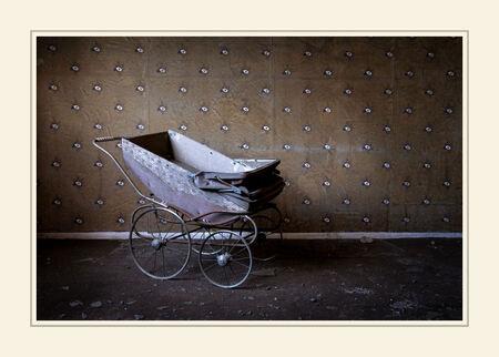 Born in decay - Foto een maand geleden gamaakt in een vervallen woonhuis nabij Hasard Cheratte.  Ik vond het een bijzondere setting waarbij de combinatie van nieuw - foto door peterrochat op 04-03-2008 - deze foto bevat: oud, urban, huis, belgie, verval, kinderwagen, cheratte, wandelwaken