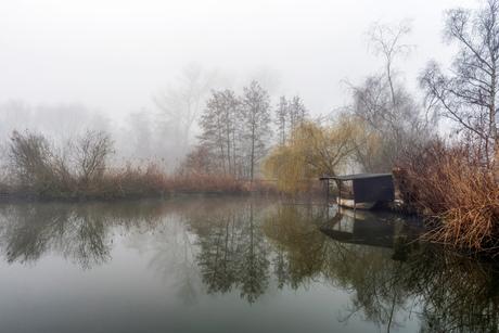 Boothuisje in de mist