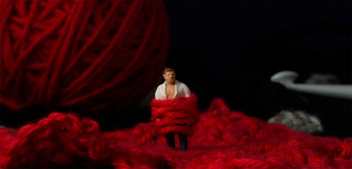 Ontrouw 1 - Kleine mensen in een grote wereld. - foto door jopper op 04-11-2014 - deze foto bevat: rood, macro, mens, mini, wol, handwerk, relatie, jopper