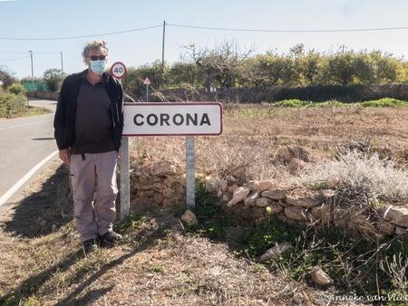 Corona  - Of toch niet? Dit plaatsje heet La Corona. - foto door AnnekevanVliet op 10-04-2021 - locatie: 30396 La Corona, Murcia, Spanje - deze foto bevat: fabriek, lucht, plant gemeenschap, land veel, natuurlijk landschap, boom, gras, landschap, struik, asfalt