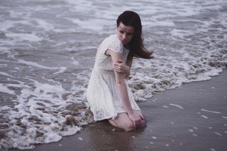 Innocence - Samen met de bloedmooie Paige ben ik een dagje op stap geweest om onschuldigheid en/of breekbaarheid vast te leggen. - foto door isabellaprins op 31-01-2014 - deze foto bevat: strand, zee, portret, model, meisje, australia, onschuldig, jurkje, darwin, breekbaar, witte jurk