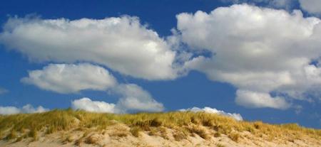 Mooie wolken - Tijdens een wandeling over het strand aan de Noord-Hollandse kust ontstonden er ineens prachtige wolken boven de duinen, 't is een onderwerp dat ik  - foto door jzfotografie op 03-03-2014 - deze foto bevat: wolken, strand, duinen, contrast, wandeling, helm, noord-holland, Egmond aan Zee