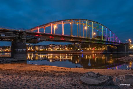 Deventer Wilhelminabrug in regenboog lichten
