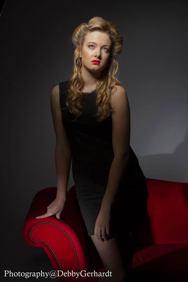 Red sofa Lady - Model bij rode sofa - foto door debbyvroon op 17-02-2015 - deze foto bevat: vrouw, kleur, licht, schaduw, model, haar, fashion, meisje, beauty, sfeer, pose, glamour, studio, blond, photoshop, kapsel, belichting, jurk, klassiek, fotoshoot, kleding, romantisch, visagie, flitser