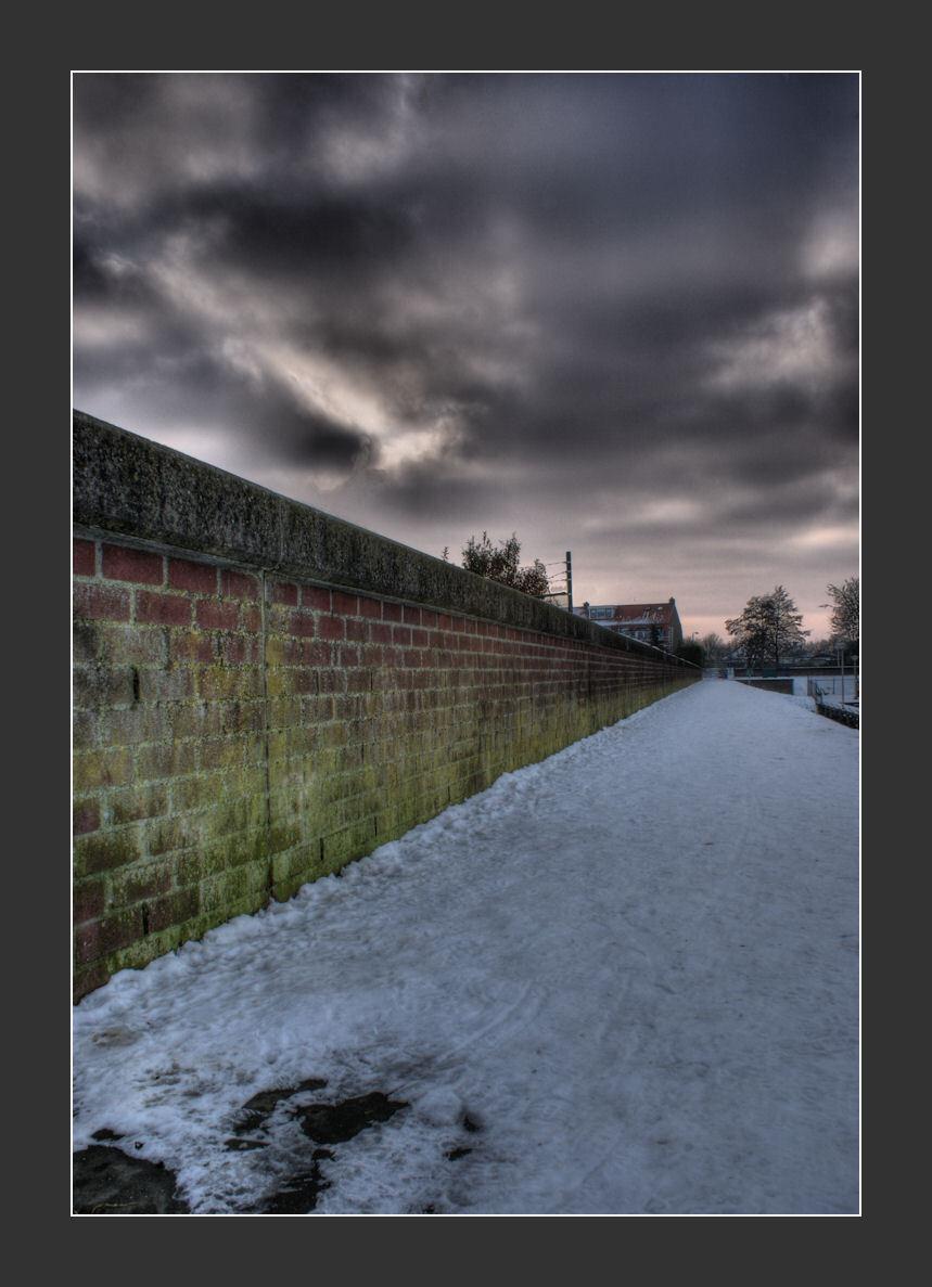 Lost Wall - Lost Wall  3 foto's op -1,0,+1 ISO 100 Diafragma 22  Daarna nog iets na bewerkt.  Bedankt voor alle reacties.  Gr Dennis   Uitleg over HD - foto door Dennis1984 op 14-01-2010 - deze foto bevat: lucht, kleuren, sneeuw, bewerking, lost, muur, wall, dreigend, verlaten, hdr, diepte, tonemapping, dreigende lucht, lost wall