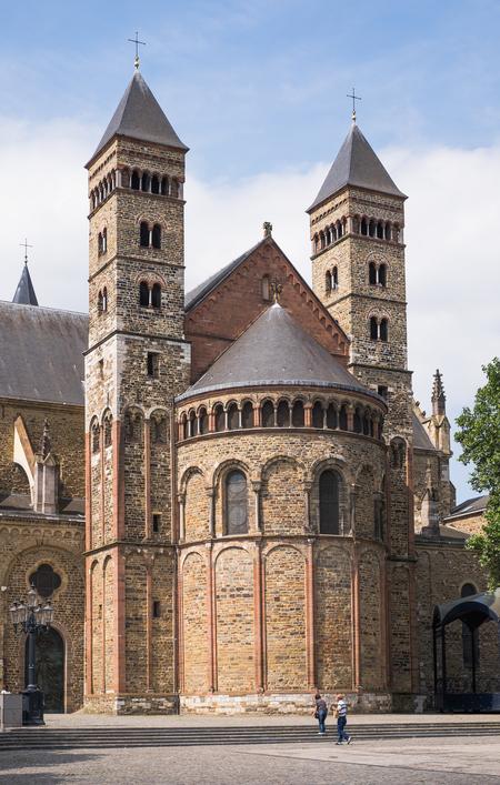 * Basiliek van Sint Servaas * - Iedereen weer dank voor reacties en waarderingen. - foto door AriEos op 06-12-2020 - deze foto bevat: architectuur, kerk, gebouw, maastricht, 11e eeuw