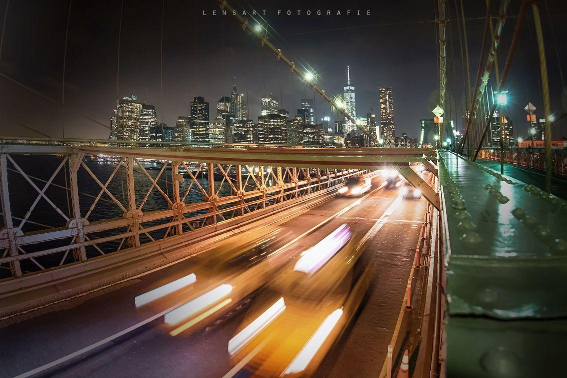 traffic - Skyline van New York vanaf de Brooklyn bridge. Met uiteraard de 'yellow cabs' op de voorgrond. - foto door autofocus op 14-03-2018 - deze foto bevat: vakantie, reizen, stad, brug, nacht, usa, amerika, newyork, city, verkeer, brooklynbridge, reisfotografie, cityscape, New York, lightrails