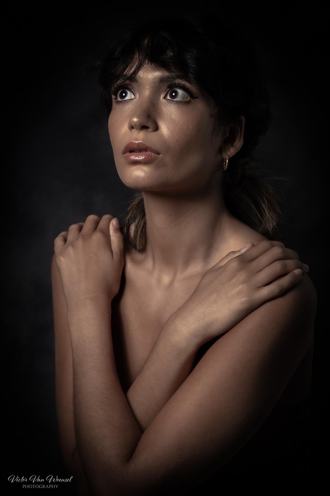 Jaz Pola - - - foto door Victorvw op 22-06-2020 - deze foto bevat: vrouw, donker, portret, model, flits, ogen, meisje, beauty, glamour, studio, photoshop, fotoshoot, flitser, lowkey