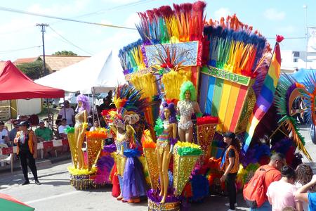 carnaval - grandioos feest op Aruba - foto door Krea10 op 14-04-2021 - locatie: Aruba - deze foto bevat: lucht, tent, tempel, wolk, vrije tijd, vermaak, evenement, pret, pool, menigte