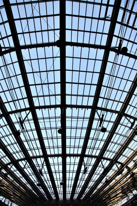 Het dak  - het dak van de Haagse hogere School  Gtjs.AJ62  - foto door AJ62 op 13-04-2021 - locatie: Johanna Westerdijkplein 75, 2521 EN Den Haag, Nederland - deze foto bevat: lucht, lijn, materiële eigenschap, symmetrie, venster, tinten en schakeringen, patroon, gebouw, rechthoek, straal