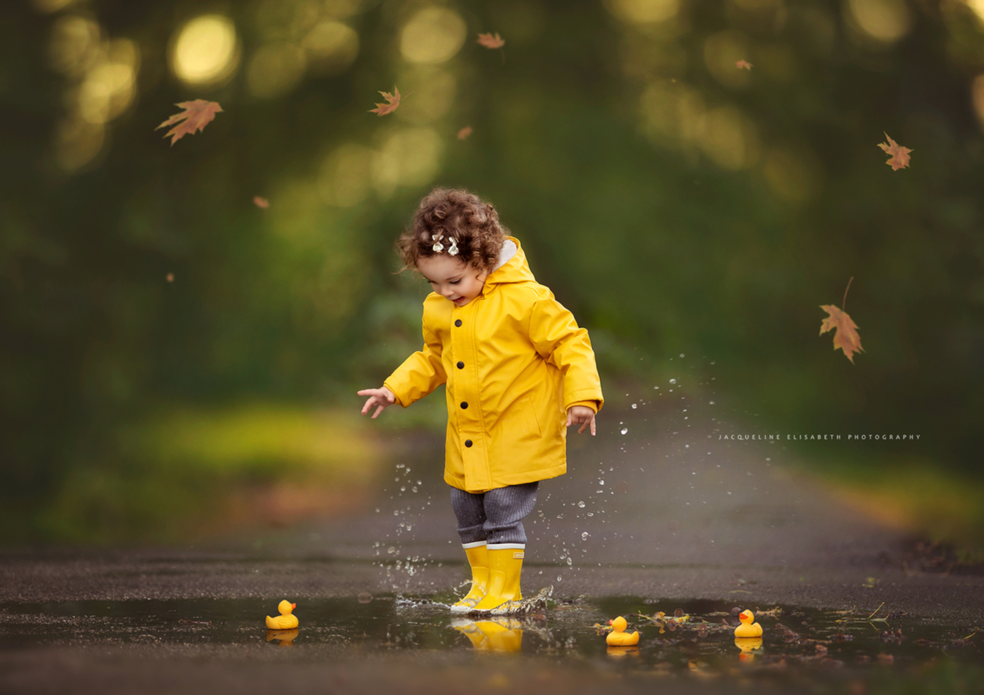 Happy Fall - - - foto door JacquelineUiterloo op 21-10-2020 - deze foto bevat: water, licht, herfst, portret, daglicht, kind, meisje, lief, plezier, plas, spetters, badeendjes, regenjas, regenlaarsjes - Deze foto mag gebruikt worden in een Zoom.nl publicatie