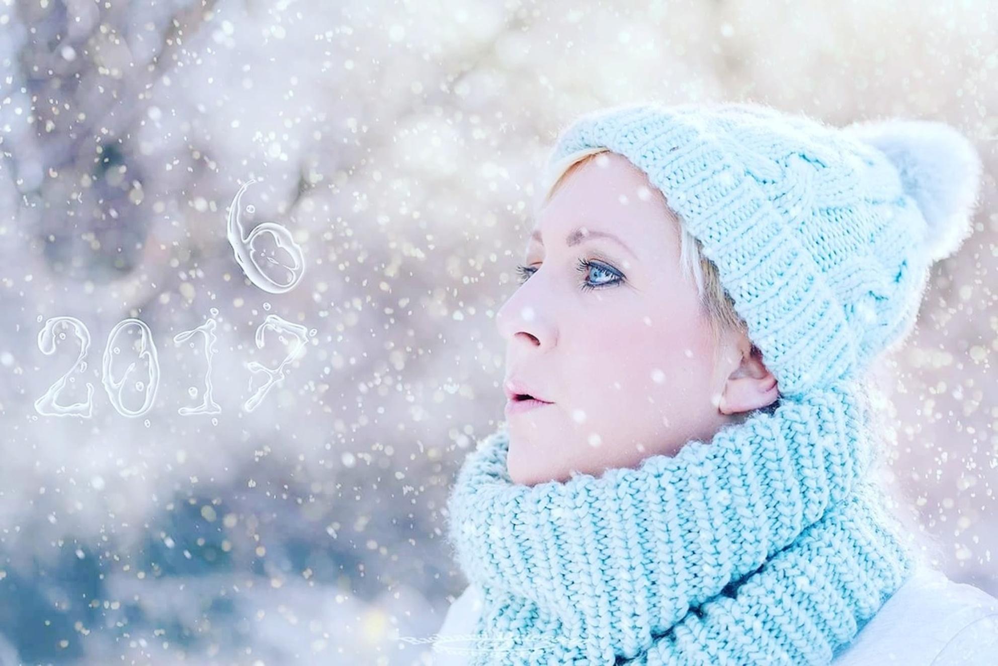Happy newyear - Mijn vrouw gefotografeerd in een winterse setting - foto door jordan_zoom op 01-01-2017 - deze foto bevat: nieuwjaar, winter, portret, bewerkt, kerstkaart, sfeer, feest, contrast, photoshop, bokeh, 2017 - Deze foto mag gebruikt worden in een Zoom.nl publicatie