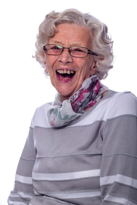 Mijn oma van 82 schoot in de lach - Mijn oma van 82 was bij mij in de studio tijdens een open dag. Ineens schoot ze in de lach. - foto door s.viset op 25-05-2017 - deze foto bevat: vrouw, mensen, portret, model, flits, emotie, studio, fotoshoot, flitser, 50mm