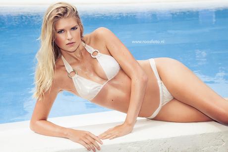 Amanda witte bikini liggend