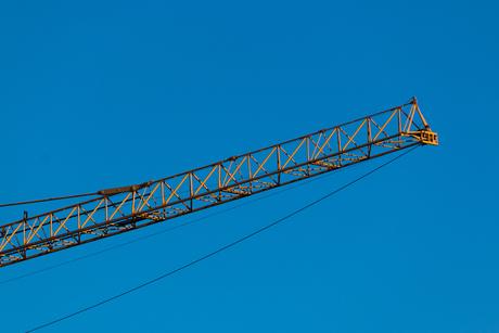 Gele giek tegen een blauwe lucht