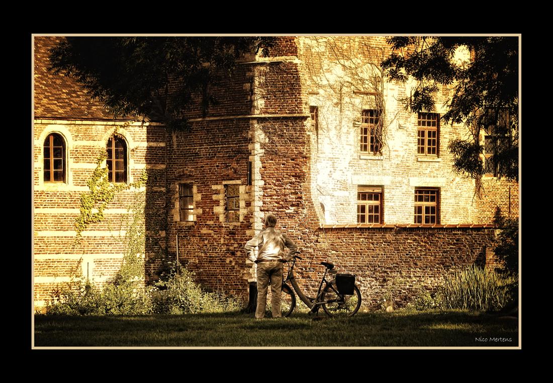 genieten @ Horst!! - Hallo... ik was afgelopen zondag nog eens naar het kasteel van Horst geweest...deze man kwam voorbij gefietst, stopte even, stapte af, en ging vol b - foto door smeagol op 27-05-2009 - deze foto bevat: kasteel, van, fietser, kijken, genieten, horst, s5, smeagol