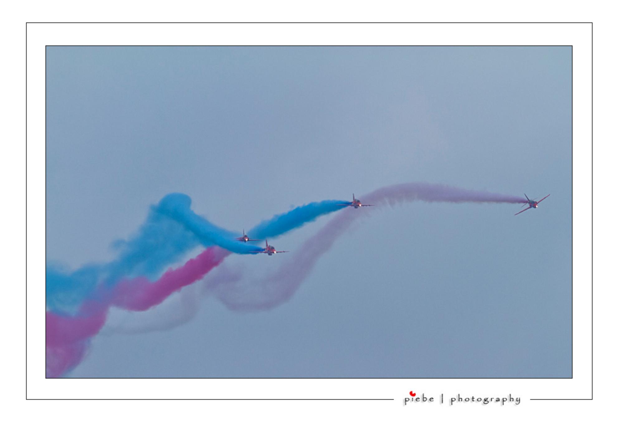 Red Arrows - Zaterdag 17 september ben ik naar de luchtmacht dag in Leeuwarden geweest. Over 2 dagen zijn er ongeveer 180.000 mensen geweest. Hierbij een show va - foto door Piebe op 18-09-2011 - deze foto bevat: red, vliegtuig, vliegveld, friesland, vliegshow, leeuwarden, arrows, luchtmachtbasis - Deze foto mag gebruikt worden in een Zoom.nl publicatie