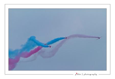 Red Arrows - Zaterdag 17 september ben ik naar de luchtmacht dag in Leeuwarden geweest. Over 2 dagen zijn er ongeveer 180.000 mensen geweest. Hierbij een show va - foto door Piebe op 18-09-2011 - deze foto bevat: red, vliegtuig, vliegveld, friesland, vliegshow, leeuwarden, arrows, luchtmachtbasis
