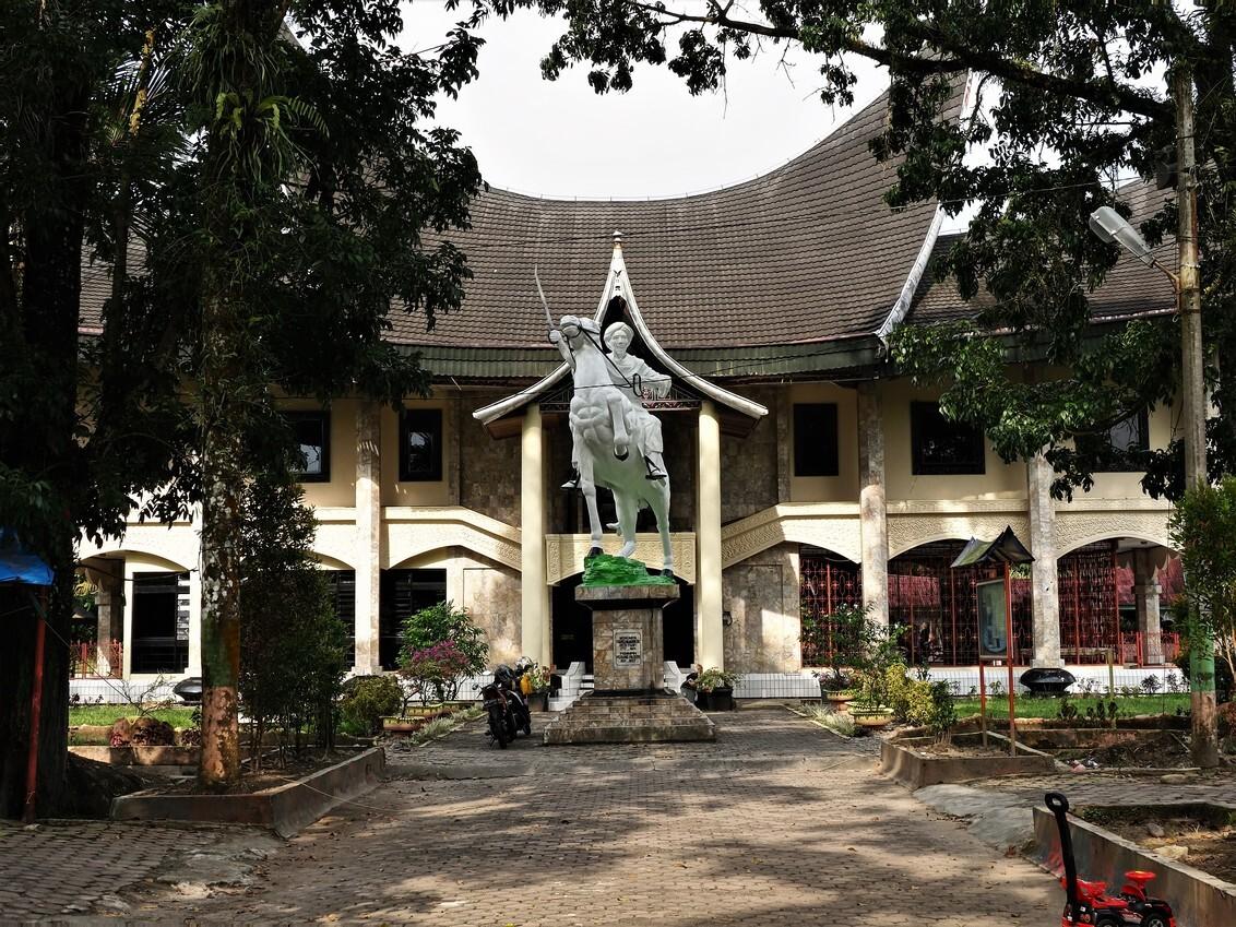 Mijn Reizen - Het gebouw en standbeeld  van de krijger  staat  ook bij de evenaar. goed gekozen voor de passanten .   Bedankt voor de reacties   Groeten    E - foto door Stumpf op 27-02-2021