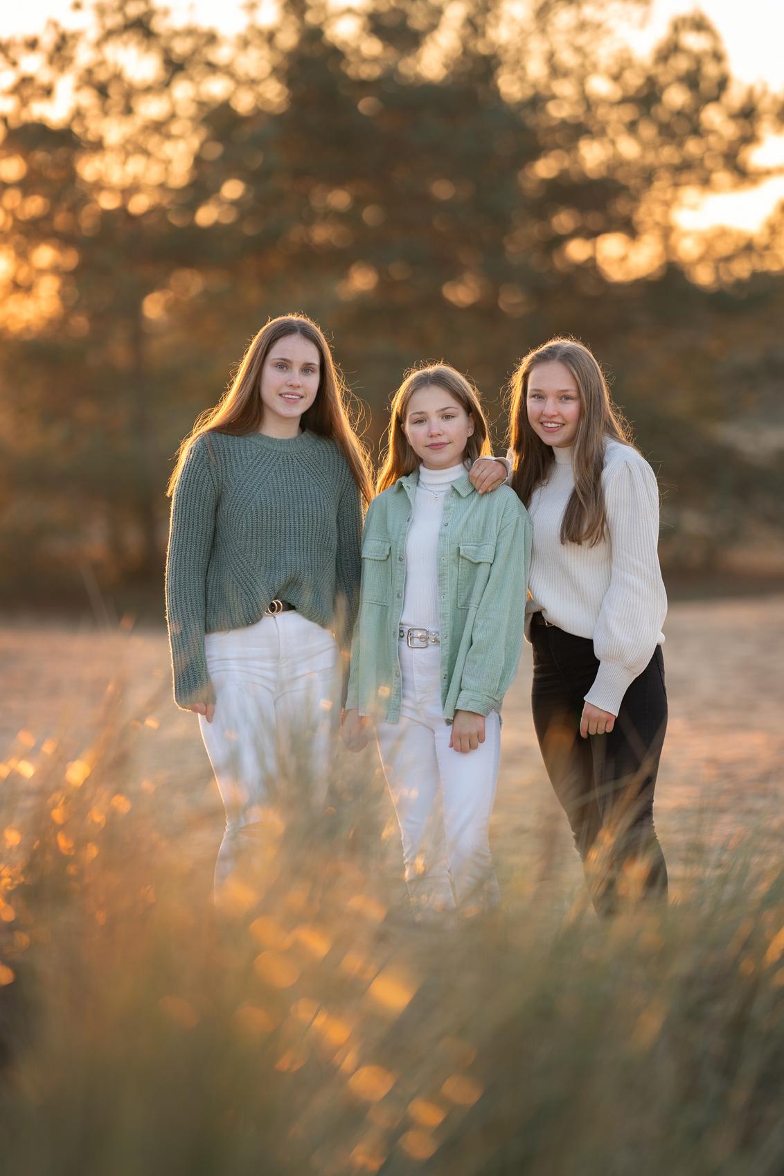 Gouden uurtje - - - foto door BrendaRoos op 09-12-2020 - deze foto bevat: groep, mensen, geel, zonsondergang, tegenlicht, daglicht, kinderen, goud, meisje, familie, groepsportret, fotoshoot, zusjes, zandvlakte, bokeh, goudenuur, bokehbollen