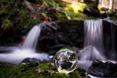 Waterval met glazenbol