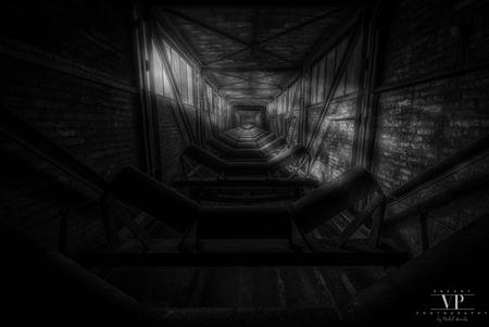 Rolling in the Deep - Transportband in een verlaten fabriek - foto door VacantPhotography op 22-09-2018 - deze foto bevat: oud, donker, abstract, licht, schaduw, urban, industrie, verlaten, urbex, urban exploring