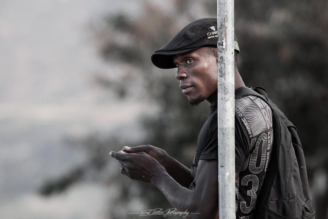 Waiting - Man wachtend op lokaal transport. - foto door EdPeetersPhotography op 01-03-2020 - deze foto bevat: man, portret, daglicht, afrika, straatfotografie, reisfotografie, malawi