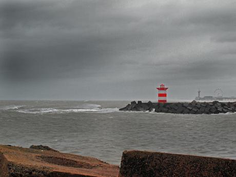 Havenhoofd Scheveningen tijdens storm