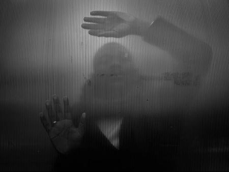 Can you see me - Zie je mij ook ? Ieder mens is uniek zoals die persoon is. Toch zijn erg veel oordelen en niet besproken stigmas. Met deze foto wil ik laten zien dat - foto door vanafotografie op 14-04-2021 - locatie: Leusden, Nederland - deze foto bevat: camera, nikon, black, white, zwartwit, diafragma, lens, scherpte, portret, art, urban, man, hand, wazig, pijn, emoties, gevoel, is, dia, buiten, regen, wolken, omgeving, natuur, mooi, bijzonder, uniek, discriminatie, gezien, wedstrijd, ring, wolk, hand, atmosfeer, lucht, menselijk lichaam, flitsfotografie, staand, gebaar, zwart en wit, grijs