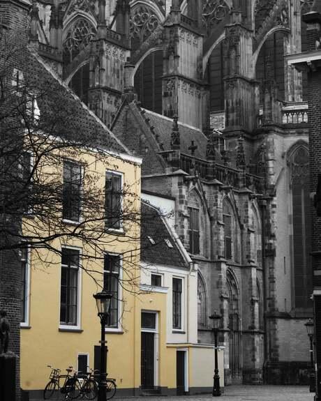 Geel huis bij de Dom in Utrecht