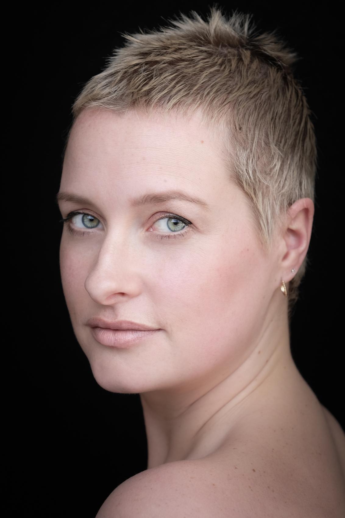 Jill! - Jill in natuurlijk licht - foto door DvdH op 26-02-2021 - deze foto bevat: vrouw, donker, licht, portret, model, liefde, daglicht, ogen, haar, lief, beauty, blond, photoshop, closeup, fotoshoot, lowkey, 50mm