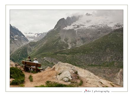 Uitrusten op hoogte - Dit is een foto gemaakt op onze vakantie in 2009 in Zwitserland. Dit tweetal zit op de Bettmer Alp even uit te rusten van de inspanningen.  Fijn pa - foto door Piebe op 02-04-2010 - deze foto bevat: wolken, hoog, bergen, zwitserland, uitrusten, alp, Bettmer