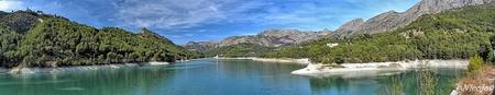 Panorama Stuwmeer Guadalest. - Het niveau van het stuwmeer is ook hier nog maar erg laag, rechts boven op de berg het oude dorp Guadalest.  Bedankt voor al jullie reacties op mij - foto door ocelot_zoom op 10-10-2020 - deze foto bevat: water, panorama, natuur, boot, spiegeling, bergen, spanje, nicojo, guadalest