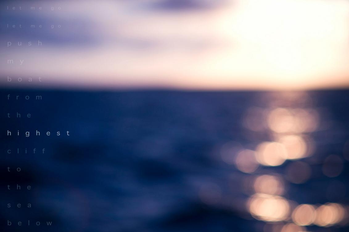 Highest Cliff. - Voordat ik naar mijn enerverende werk (achter de kassa) ga, nog even wat dieps. ;)  Een foto van de zee (vanaf Ameland), Beeld geïnspireerd door de - foto door mycreativity op 02-11-2010 - deze foto bevat: kleur, blauw, zee, natuur, oranje, nikon, compositie, horizon, onscherp, u2, danielle, dof, nikkor, bokeh, coldplay, d700, van eerden, 50mm f1.8, gewoondanielle.nl, highest cliff