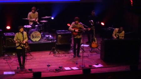 Bootleg Beatles - Bootleg Beatles in Utrecht: Kei hard maar steen goed! - foto door RobZuydervelt op 17-10-2020 - deze foto bevat: pop, gitaar, muziek, optreden, concert, band, muzikant, geluid, live, gitarist, concertfotografie, drummer, microfoon, podium