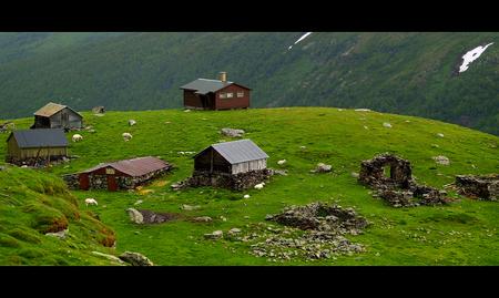Rust en ruimte - Ik heb weinig tijd om op pad te gaan dus heb ik wat in mijn archief zitten neuzen. Ik kwam deze foto tegen in mijn map 'Noorwegen'. Je zult er maar w - foto door juriheise op 06-04-2010 - deze foto bevat: boerderij, dorp, noorwegen