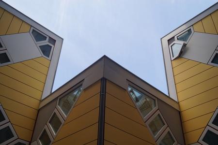 Kubuswoningen - Piet Blom z'n creatie in Rotterdam. - foto door CoonArt op 25-02-2021 - deze foto bevat: oud, lucht, abstract, rotterdam, licht, lijnen, architectuur, kunst, haven, perspectief, huis, luik, urbex, urban exploring