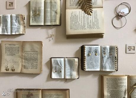 Oude boeken en sieraden als decoratie