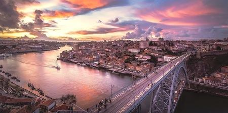 Porto Portugal - Stedentrip Porto Portigal. Wat een gave stad. Super - foto door HenkPijnappels op 27-03-2016 - deze foto bevat: wolken, kleur, uitzicht, trein, zonsondergang, vakantie, architectuur, reizen, stad, brug, reisfotografie, europa
