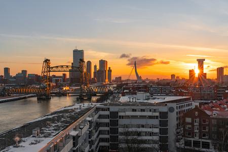 Golden hour in a snowcovered Rotterdam - Rotterdam, gezien vanaf het Noordereiland, tijdens het gouden uurtje, waarbij alles prachtig aangelicht werd door de ondergaande zon - foto door frankovitsj op 03-03-2021 - deze foto bevat: zon, water, rotterdam, licht, avond, architectuur, landschap, stad, erasmusbrug, brug, huis, hdr, goldenhour, de hef, Gouden uurtje